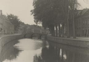 F000369 Temidden van de Vloedijk (links) en de Burgel (rechts) ligt de stadsgracht de Burgel met de Cellesbrug, uiterst ...