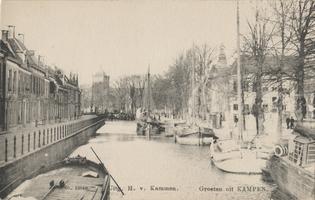 F000378 Stadsgracht de Burgel met zeilvrachtschepen, in het verlengde van de gracht zien we de Meeuwenbrug en de toren ...