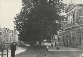 F000379 Burgwal met de Stadsgehoorzaal (rechts), links van de bomenrij de Vloeddijk en de Burgel, de foto is gemaakt ...