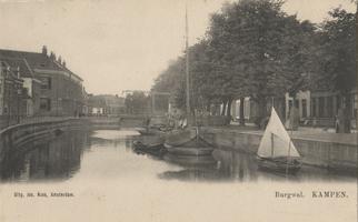 F000386 De stadsgracht temidden van de Burgwal (rechts) en de Vloeddijk (links), hier staat het militair hospitaal ter ...