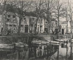 F000395 Woonhuizen aan de Burgwal nabij de hoek met de Prinsenstraat (rechts), op de voorgrond liggen de roeiboten ...