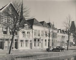 F000408 Woningen aan de Burgwal, uiterst rechts het belastingkantoor dat tot 1977 als zodanig dienst heeft gedaan.