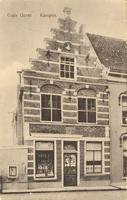 F000261 Hoekhuis met 17e eeuwse trapgevel, aan weerszijde boven de ramen van de beganegrond twee gebeeldhouwde koppen, ...