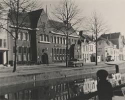 F000411 Gebouw van het Frans Walkate Archief, op de hoek van de Geerstraat (links) stond zogenaamde Pothuisje.