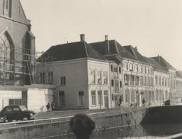 F000420 Uiterst links in de steigers, de Broederkerk, naar rechts woningen aan de Burgwal.