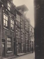F000554 De 16e eeuwse voorgevels van de twee pakhuizen aan de Burgwalstraat nr. 6 en nr. 8, bij nr. 6 (rechts) zit in ...