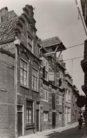 F000558 De 16e eeuwse voorgevels van de twee pakhuizen aan de Burgwalstraat nr. 6 (rechts) en nr. 8 voor de restauratie.