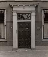 F000545 De voordeur van Burgwal nr. 57, op het bordje naast de deur: Bestelkantoor Kamper Steenkolenhandel Lijs en ...