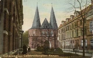 F000610 De Cellebroedersweg met zicht op de Cellebroederspoort. Kampen heeft drie mooie poorten gaaf behouden, de ...