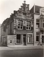F000262 Hoekhuis met 17e eeuwse trapgevel, aan weerszijde boven de ramen van de beganegrond twee gebeeldhouwde koppen, ...