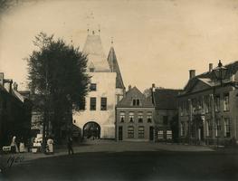 F000995 Koornmarkt (1334) met Koornmarktspoort (1377) en rechts het gebouw van de Hoofdcursus, voor de bouw van de ...