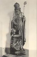 F000947 Beeld van St. Willibrord op de preekstoel uit 1650 in de Onze Lieve Vrouwe- of Buitenkerk.