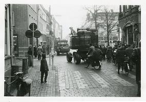 F006205 Transport van de brandkast van de Sociale Dienst der gemeente Kampen van de Buiten Nieuwstraat naar de nieuwe ...