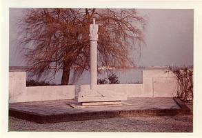 F013389 Verzetsmonument aan de la Sablonierekade, vervaardigd door beeldhouwer Krop, Hildo.Het monument is omgeven door ...