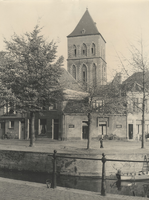F000437 Hoek Hagenkade/Burgwal met zicht op een aantal woningen en de toren van de O.L. Vrouwe- of Buitenkerk, op de ...