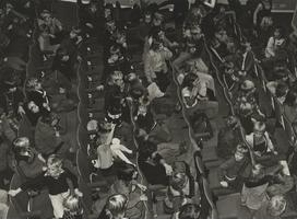 F000458 Kinderen in de zaal bij het poppenkastoptreden ter gelegenheid van de opening van de verbouwde Stadsgehoorzaal.