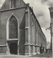 F000462 De Broederkerk met de ingang aan de Burgwal, rechts de Broederstraat.