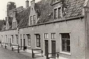 F000509 Huisjes op de binnenplaats van het Gast- en Proveniershuis aan de Burgwalzijde, nog net een beetje zichtbaar ...
