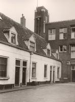 F000513 Huisjes op de binnenplaats van het Gast- en Proveniershuis aan de Burgwalzijde, het gebouw achter de huisjes is ...