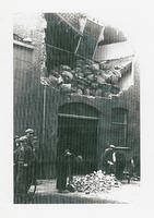F009333 Prinsenstraat 10, verwoeste pui door overbelasting van binnenuit, tussen 1930 - 1935 Maalderij Rooms.