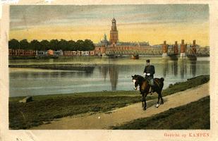 F000536 Zicht op Kampen rond 1920, links van de brug de bomen op de IJsselkade, rechts daarvan de kleine Schepentoren ...