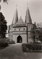 F000644 De Cellebroederspoort aan de plantsoenzijde, rechts van de doorgang het bronzen beeld De Paljas van de ...