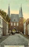 F000661 De Broederweg met zicht op Broederpoort, deze kaart is van voor de bouw van de Nieuwe Kerk (rechts op de hoek) ...