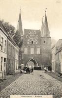 F000662 De Broederweg met zicht op Broederpoort, deze kaart is van voor de bouw van de Nieuwe Kerk (rechts op de hoek) ...