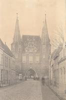 F000663 De Broederweg met zicht op Broederpoort, deze kaart is van voor de bouw van de Nieuwe Kerk (rechts op de hoek) ...