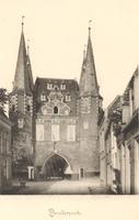 F000664 De Broederweg met zicht op Broederpoort, deze kaart is van voor de bouw van de Nieuwe Kerk (rechts op de hoek) ...