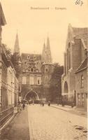 F000667 Broederweg met zicht op de Broederpoort, aan de rechterzijde de Nieuwe Kerk, gebouwd in 1912.
