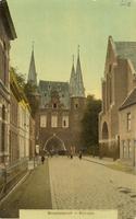 F000668 Broederweg met zicht op de Broederpoort, aan de rechterzijde de Nieuwe Kerk, gebouwd in 1912.
