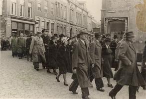 F000774 Oudestraat hoek Koornmarkt, optocht van reünisten ter gelegenheid van het 80-jarig bestaan van het Gymnasium en ...