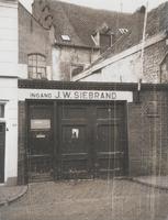 F000844-2 Ingang van distilleerderij J.W. Siebrand in de Groenestraat.