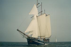 F011700 Driemaster de Vrijheid , één van de grotere zeilschepen van de bruine vloot in Kampen, op deze foto vaart het ...