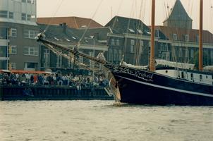 F011697 Driemaster de Vrijheid passeert hier de bezoekers op de IJsselkade.
