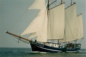 F011699 Driemaster de Vrijheid , één van de grotere zeilschepen van de bruine vloot in Kampen op het IJsselmeer.