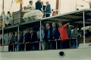 F011688 Genodigden op de Piet Hein, het voormalig Koninklijk Jacht was het Nationale Huwelijks geschenk van het ...