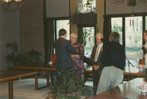 F011644 De uitreiking van een Koningklijke onderscheiding aan mw. K. Rotstein - v.d. Brink (Kleusien uut Zalk) door ...