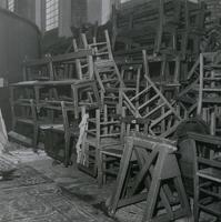 F010996 Aanvang restauratie van de Broederkerk, de stoelen staan opgestapeld aan de kant.