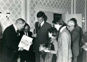 F000658 Burgemeester Sybren van Tuinen (1e van links) neemt een tekening in ontvangst ter ere van zijn afscheid, 3e van ...