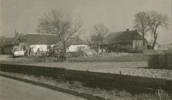 F011473 Oude boerderijen aan de Hoepelweg - Ellipsweg in IJsselmuiden, ook hetl Bos genoemd. De foto is genomen vanuit ...
