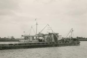 F011477 Boot op de IJssel voor het opspuiten van zand op de Zandberg II in IJsselmuiden.