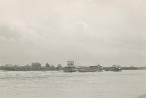 F011478 Boot op de IJssel voor het opspuiten van zand op de Zandberg II in IJsselmuiden.