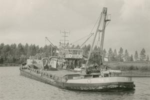 F011479 Zuigerboot op de IJssel, deze zorgt voor het opspuiten van het zand op De Zandberg II in IJsselmuiden, op de ...