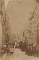 F000789 Vrouwen, mannen en kinderen poseren voor de fotograaf in de Geerstraat, de straat is genoemd naar Geert van der ...