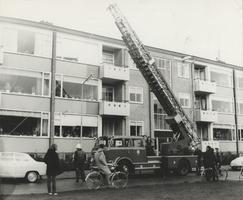F000871 De brandweer in actie met een hoogwerker in de Hanzelaan.