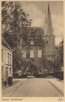 F000671 Broederpoort, gezien vanaf de Broederweg ter hoogte van de Nieuwe Kerk. Links vrouw in klederdracht.