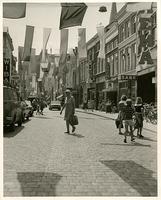F007022 Oudestraat, met winkelend publiek in 1981.