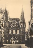 F000677 De stadszijde van de Broederpoort, rechts de ingang van de Nieuwe Kerk aan de Broederweg.